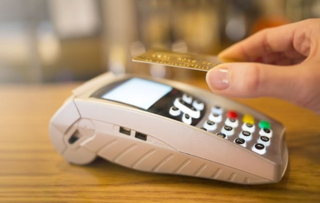 Более 30 тысяч карт с технологией бесконтактной оплаты выдал Северный банк в 2016 году