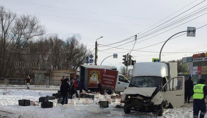 «Наконец-то на моей улице»: в Челябинске столкнувшиеся «Газели» засыпали дорогу колбасой и мясом