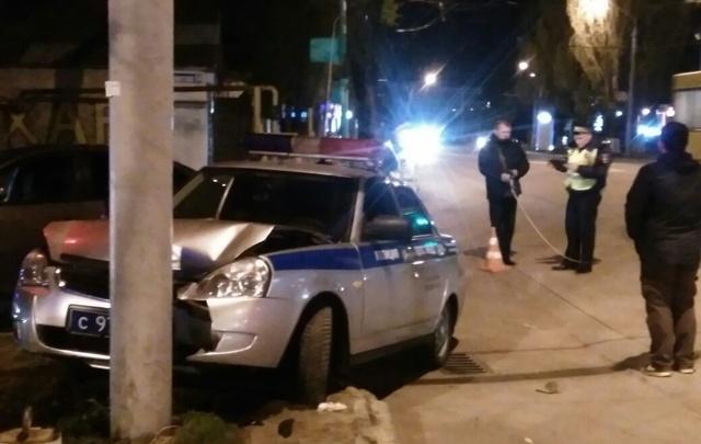 После столкновения с иномаркой машина ДПС въехала в столб