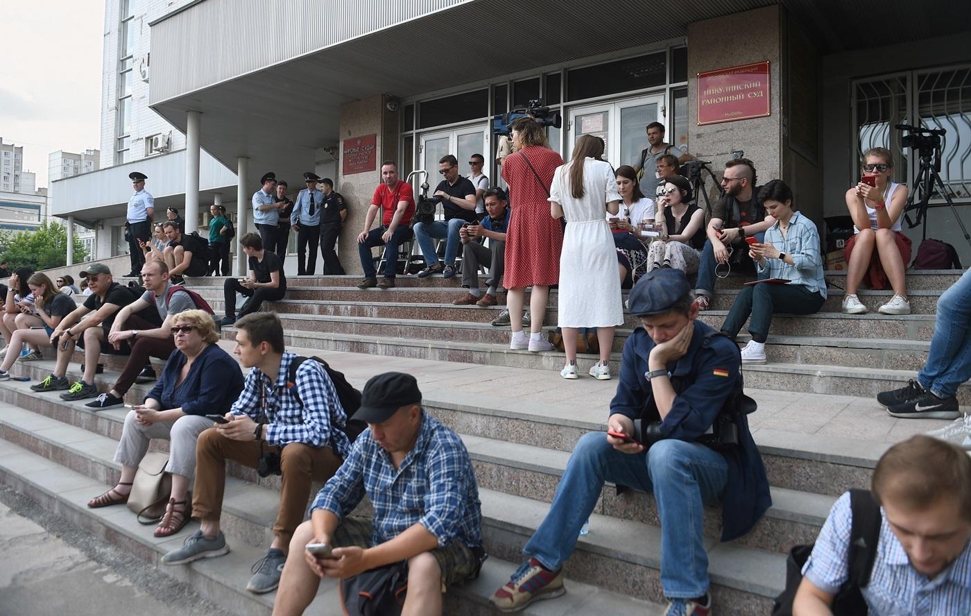 люди у здания Никулинского суда