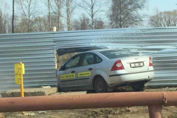 Машина застряла в заборе