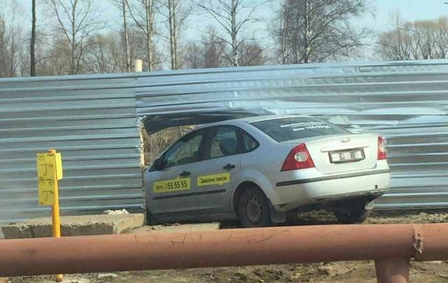 В Ярославской области такси влетело в железный забор: пострадали пассажиры