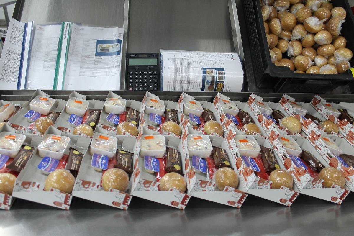 Чем кормить пассажиров и кормить ли вообще, решает авиакомпания