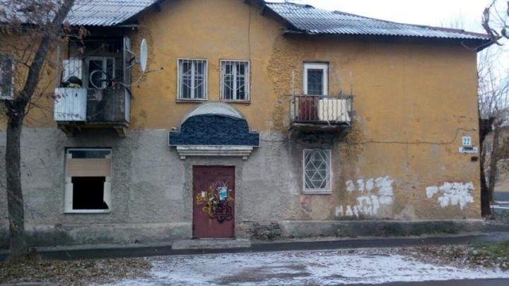 Аварийный дом на Эльмаше, в котором живёт многодетная мать, пережил два пожара за две недели