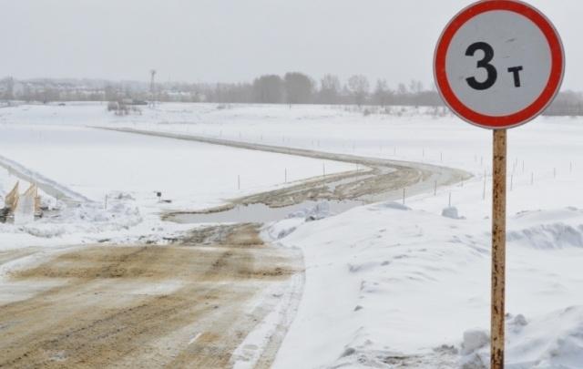Грузоподъемность ледовой переправы на реке Иртыш в Тюменской области понизили до 3 тонн