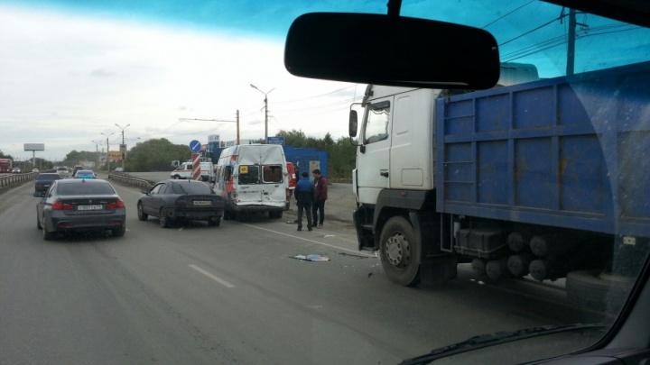 Автобус с юными футболистами столкнулся с большегрузом под Челябинском
