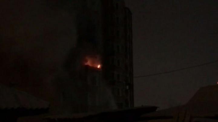 «Пожар начался из-за фейерверков»: ночью в Тюмени загорелся балкон высотки