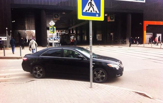 «Я паркуюсь как…»: машины на газонах, стоянка на детской площадке и другие нарушения правил в Перми