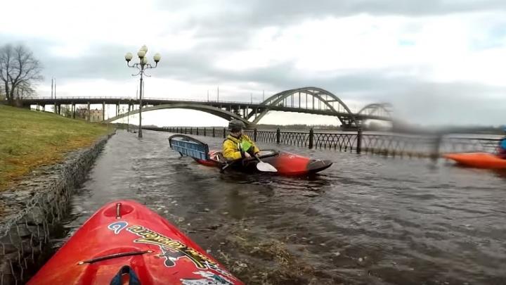 Рыбинцы устроили сплав на каяках по затопленной набережной: видео