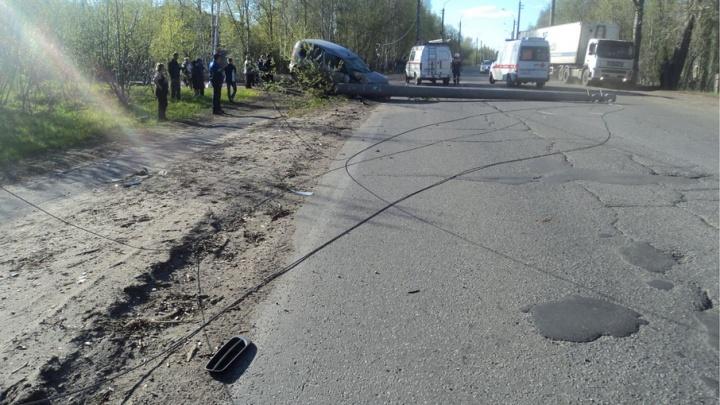 Лихач на «Шкоде» снес световую опору на окраине Архангельска