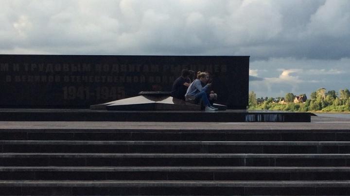 В Рыбинске четыре подростка забрались с ногами на Вечный огонь