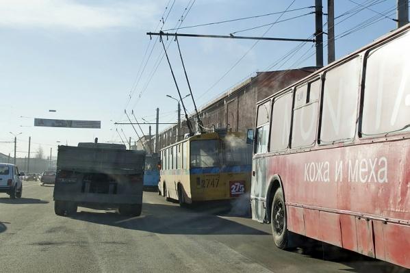 Из-за аварии остановилось движение троллейбусов в центр города