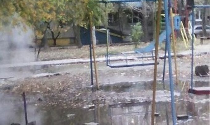 Двор в Краснооктябрьском районе Волгограда залило кипятком