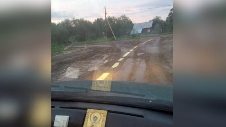 «Просто сливали остатки»: в Прикамье рабочие нанесли разметку на грунтовую дорогу