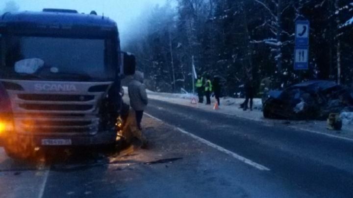 Влетел на встречке в грузовик: на трассе М-8 погиб 20-летний водитель