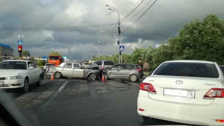 В массовом ДТП на улице Щербакова пострадала 53-летняя тюменка