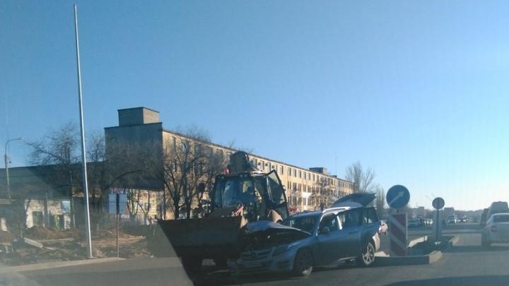 На шоссе Авиаторов в Волгограде не поделили дорогу трактор и Mercedes
