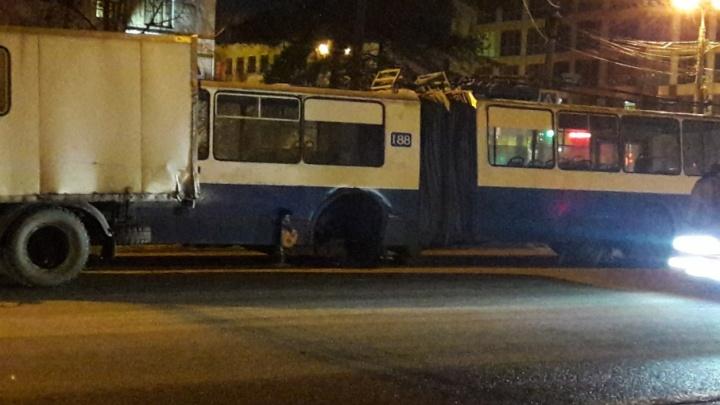 Троллейбус без колеса стал причиной восьмибалльных пробок этим вечером