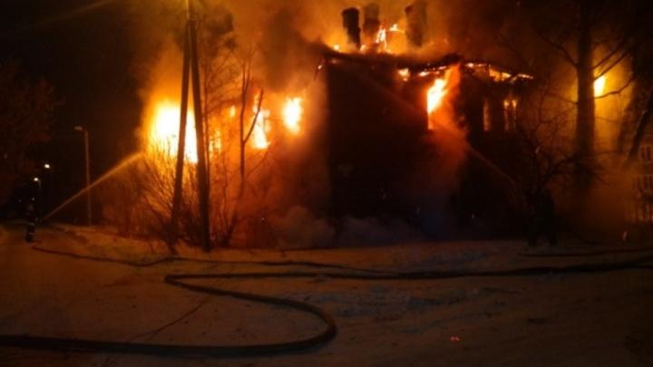 Проснулись от треска за окном: в Рыбинске всю ночь горел двухэтажный дом
