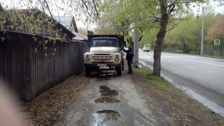 «Я паркуюсь, как...»: грузовик на тротуаре и студенты, бросающие машины на газонах улицы Мельникайте
