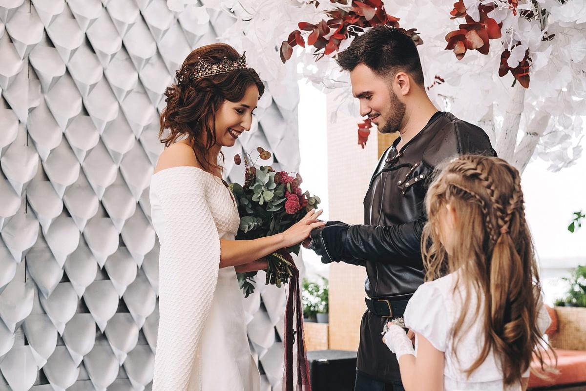 Букет невесты тоже был необычным, а жених - в кожаных доспехах