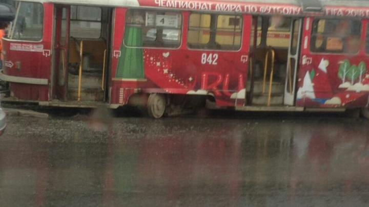 В Самаре на Ново-Садовой трамвай сошел с рельсов