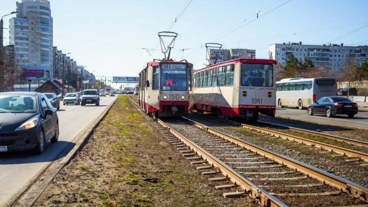 На северо-западе Челябинска обстреляли трамвай