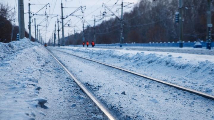 Ночью в Тюмени грузовой поезд сбил мужчину