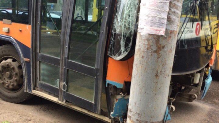 В Рыбинске троллейбус разбился о столб: пострадали пассажиры