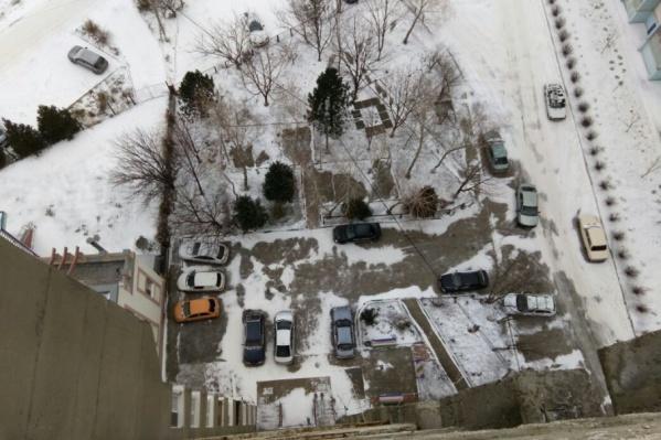Двор многоэтажки, где произошла трагедия