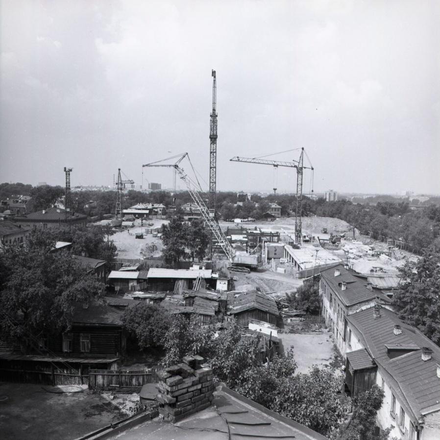 Начало строительства Дома Советов. Вид на нынешнюю улицу Бориса Ельцина около 1976 года.