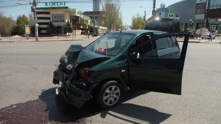На площади Чекистов в Волгограде внедорожник превратил в железо хрупкий Hyundai Getz