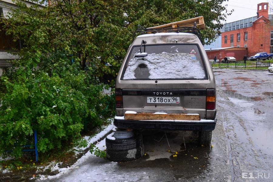 Заглядываем во дворы домов на улице Сыромолотова.