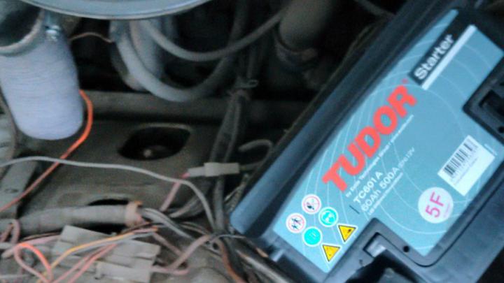 В Ростове на Менжинского повредили автомобиль и украли из него аккумулятор