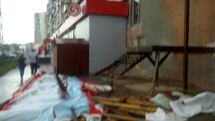 «Это был сущий ад»: в Челябинске во время урагана строительным забором придавило женщину