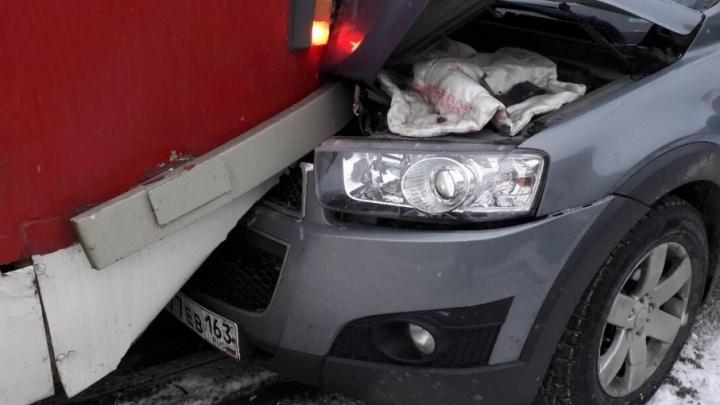 На улице Фрунзе автомобиль Chevrolet Captiva залетел под трамвай