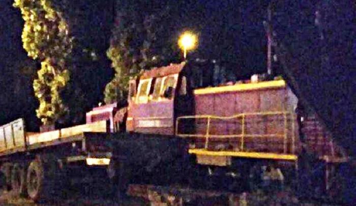 Локомотив сошел с рельсов и снес стену завода в Таганроге
