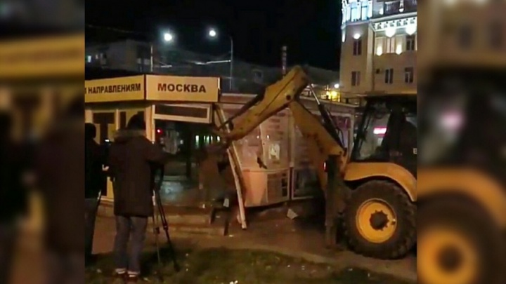 На Привокзальной площади Волгограда выросла гора строительного мусора