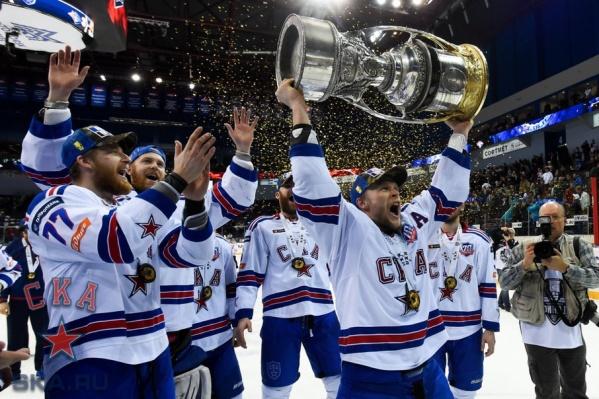 Кубок Гагарина покажет пермякам нападающий СКА Евгений Кетов.