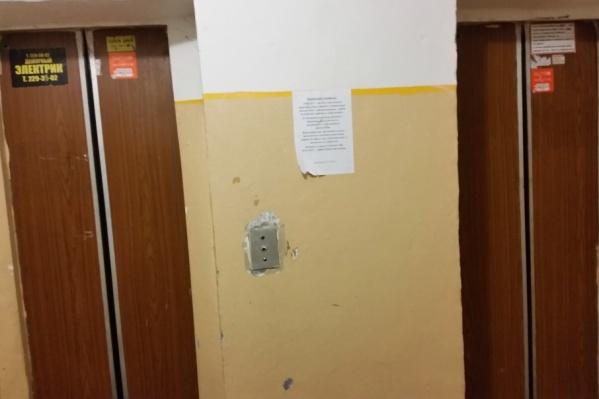 Уже пять дней люди не могут воспользоваться лифтами