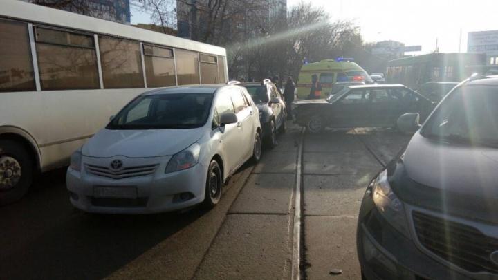 В Перми образовалась пробка из-за пьяного водителя ВАЗа, который врезался в пять машин