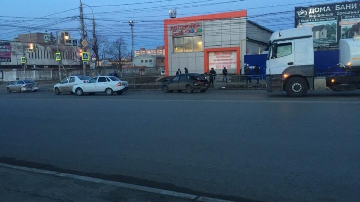 На Мориса Тореза — Авроры водитель нефтевоза протаранил три легковушки