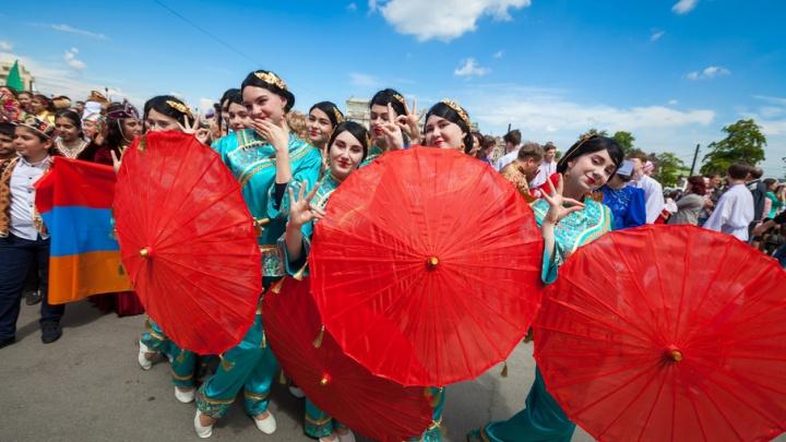 Более трёх тысяч человек в национальных костюмах прошагали по Челябинску