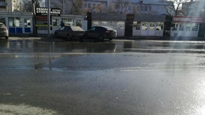 «Из нее хлещет вода»: на дороге у ЦУМ «Самара» появилась двухметровая трещина