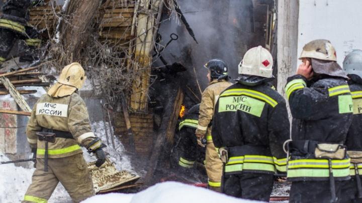 Под Самарой спасатели тушили 120 кв. м дворовых построек