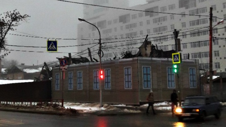 И так сойдет: сгоревший дом на Маяковского завесили фальшфасадом