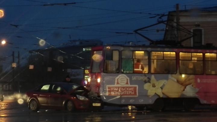 Легковушка и трамвай не поделили перекрёсток в центре Челябинска