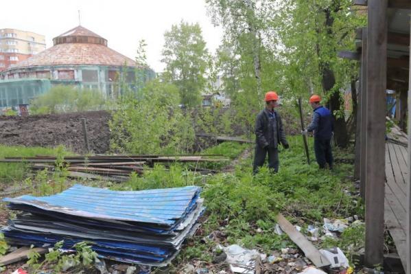 Сегодня же во время демонтажа рабочие нашли тары с опасными жидкостями и противогазы на территории за забором