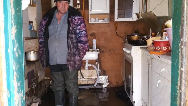 «Никого у нас тут не было»: под Михайловкой село осталось наедине с большой водой