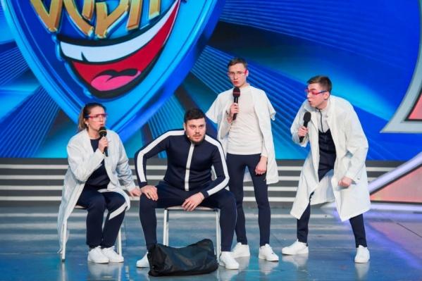 В команде участвуют хоккеист, боксер, не спортсмен и девушка с грубым голосом